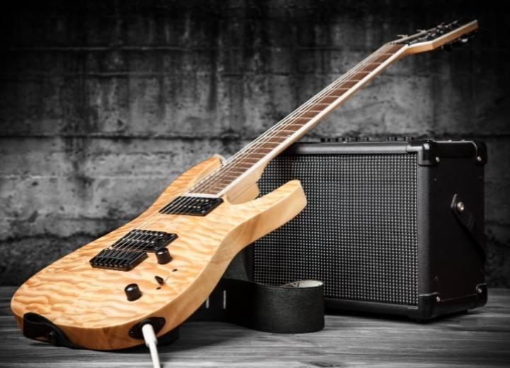 The differences between an electric ukulele and an electric guitar