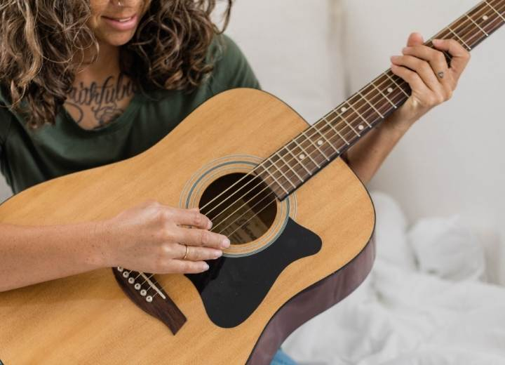 Why should beginners choose an acoustic guitar