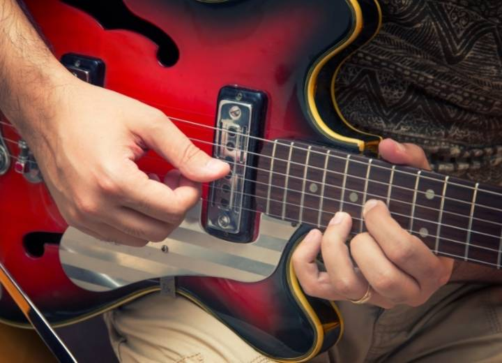 Why should beginners choose an electric guitar