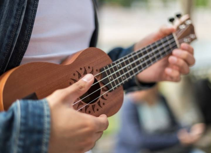 difference in sound between a ukulele and a guitar